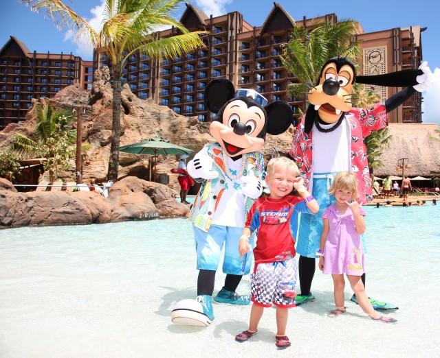 Niños con personajes en Disney World Orlando