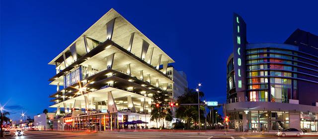 Lincoln Road en Miami de noche