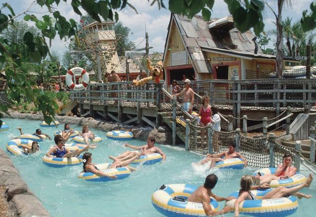 Personas en parque acuático Typhoon Lagoon de Disney en Orlando