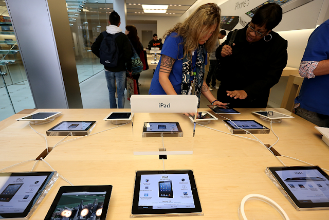 Personas en tienda de Apple