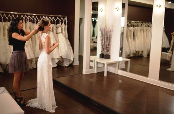 Mujer en prueba de vestido de novia na Solutions Bridal en Orlando