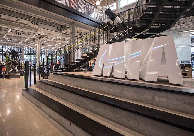 Interior de tienda de Nike en Miami