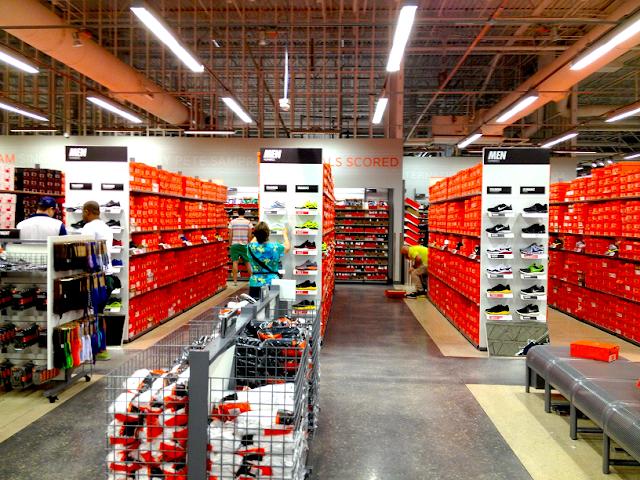 Personas en tienda de Nike en Miami