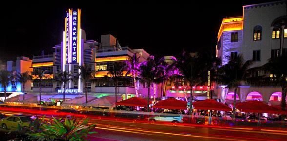 Movimiento Ocean Drive durante la noche en Miami