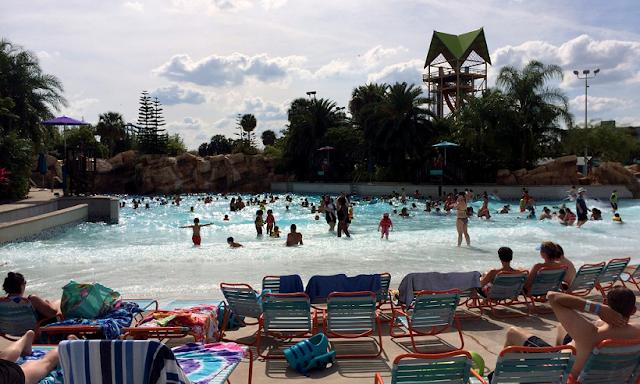 Piscinas de olas artificiales en el Aquatica en Orlando