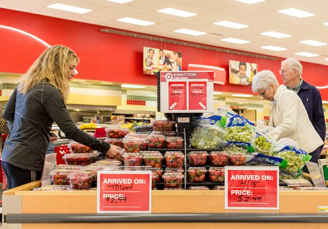 Personas en tienda de departamento y supermercado Target en Miami