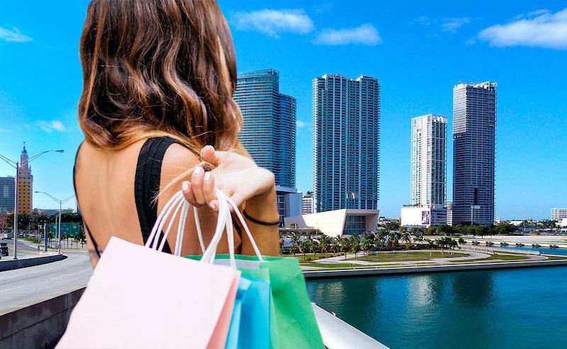 Utilizando el celular al momento de hacer las compras en Miami
